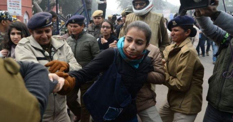 ინდოეთში მოქალაქეობის შესახებ კანონში ცვლილების პროტესტისას ასობით ადამიანი დააკავეს