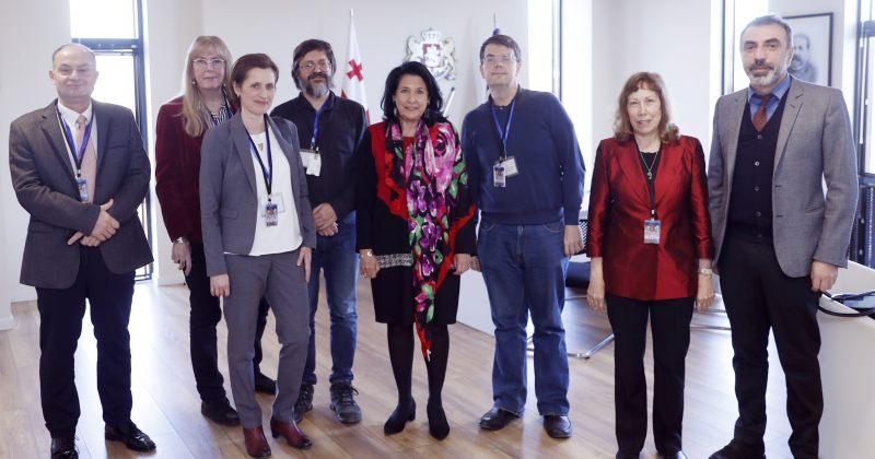პრეზიდენტმა კონფერენციის მონაწილეებთან ქართული ენის წინაშე მდგარი გამოწვევები განიხილა