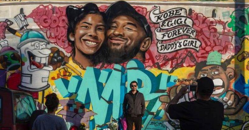 ფოტო: კობი და ჯიანა ბრაიანტების პორტრეტი კედელზე  ლოს ანჯელესში