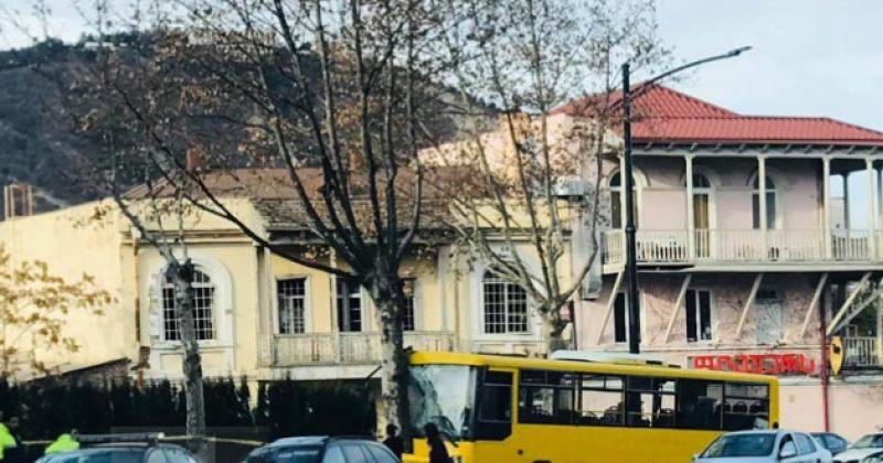 ავლაბარში ყვითელი ავტობუსი ხეს შეეჯახა, გარდაიცვალა ერთი ადამიანი