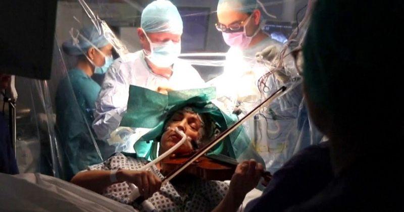ქალი თავის ტვინზე ოპერაციის დროს ვიოლინოზე უკრავს - ვიდეო