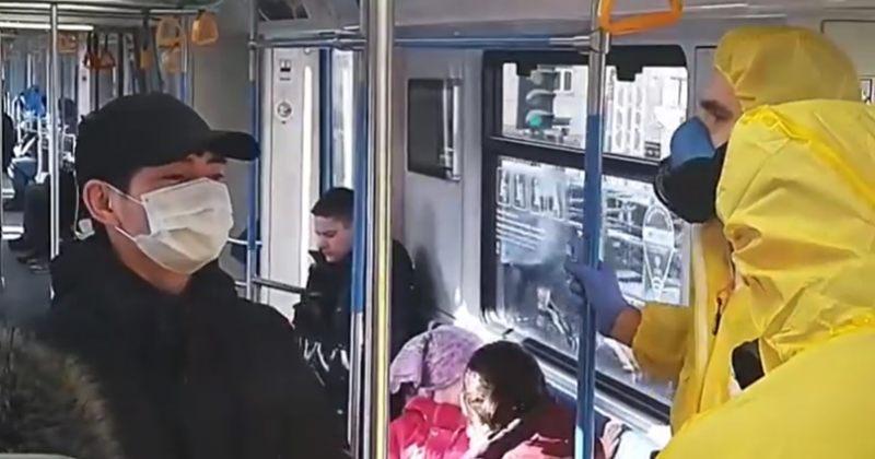 მოსკოვის მეტროში პრანკერები გამოჩდნენ, რომლებიც კორონავირუსზე ხუმრობენ [ვიდეო]