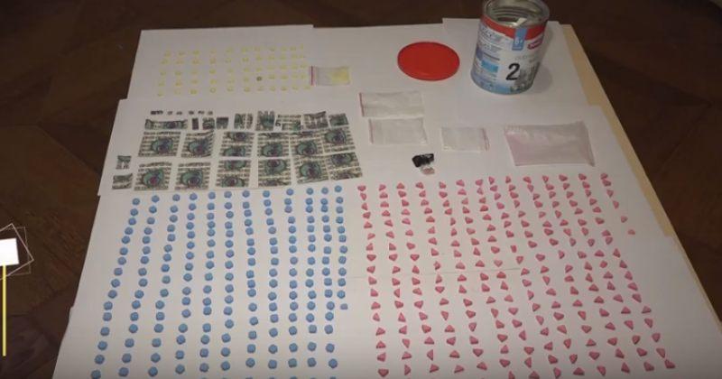 """553 აბი MDMA, 470 აბიLSD, 3 შეკვრა """"მეტადონის ფუძე""""- შსს-მ ერთი პირი დააკავა"""
