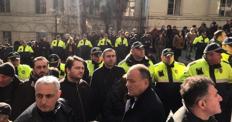 აქციაზე მედიას თავისუფლად გადაადგილება ეზღუდება, მუშაობა პოლიციის კორდონებს შორის უწევს