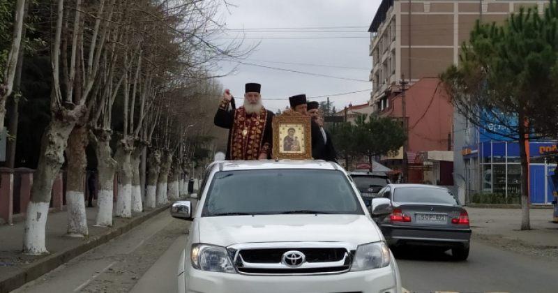 მეუფე გერასიმემ სასულიერო პირებთან ერთად ზუგდიდის ქუჩები აკურთხა