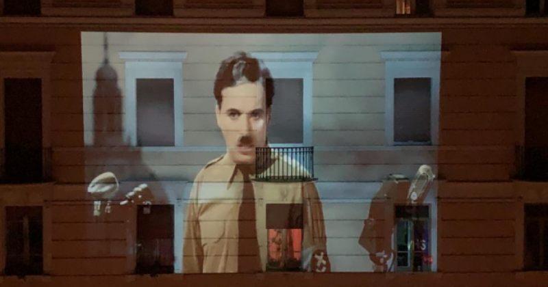 იტალიაში მოქალაქეები სახლების კედლებზე ფილმებს პროექტორით აჩვენებენ