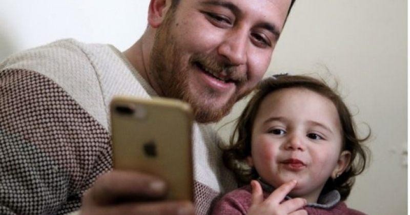 სირიელი მამა-შვილი, რომელთა თამაში დაბომბვის დროს ინტერნეტში გავრცელდა, თურქეთშია