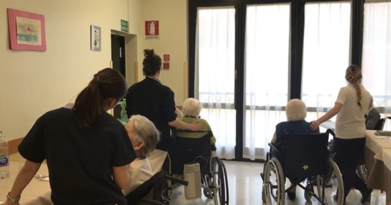 იტალიაში მოხუცთა თავშესაფრის თანამშრომლები კარანტინში მოხუცებთან ერთად არიან