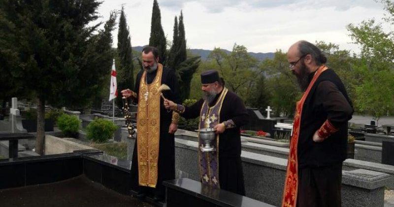 ილია II-ის კურთხევით სამღვდელოებამ საფლავები აკურთხა (ფოტოები)