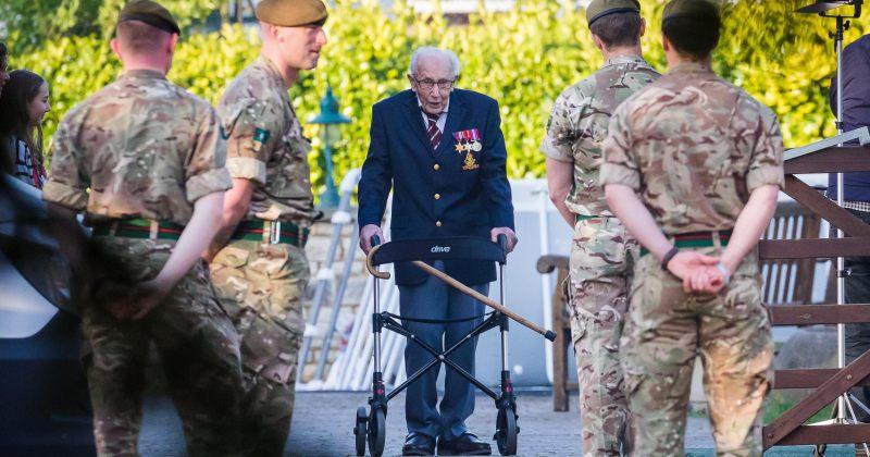 99 წლის ბრიტანელმა ვეტერანმა, კაპიტანმა ტომ მურმა ჯანდაცვის სამსახურებისთვის  £22 მლნ. მოაგროვა