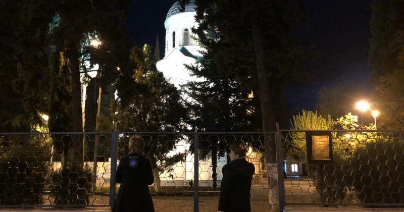 დიდუბის ღვთისმშობლის ტაძრის კარის 21:00-ზე გაღებას რამდენიმე ადამიანი ელოდება