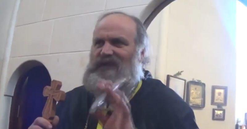 """""""ბიჭებმა მოკიდეთ ხელი და გაკოჭეთ"""", - მღვდელმა მრევლს ჟურნალისტზე ძალადობის კურთხევა მისცა"""