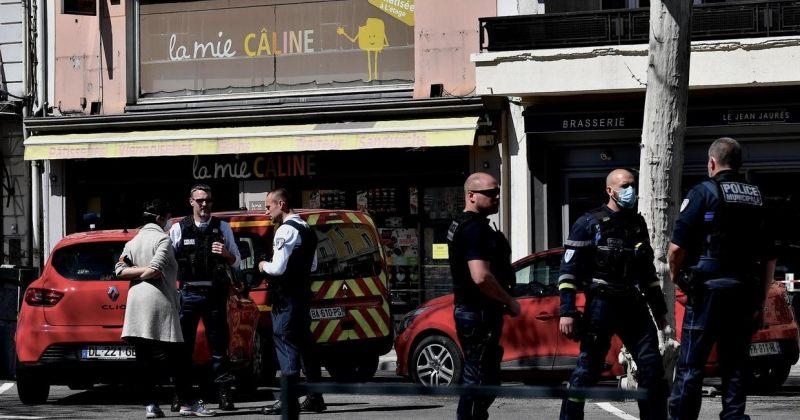 საფრანგეთში პირი საცხობის რიგში მდგომებს თავს დანით დაესხა, დაიღუპა 2, დაშავდა 5 ადამიანი