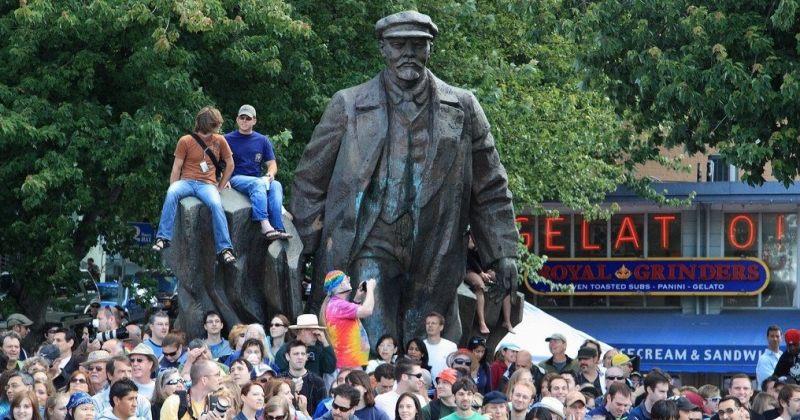 მომიტინგეები სიეტლში, ლენინის ძეგლთან