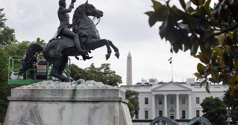 მომიტინგეებმა თეთრი სახლის წინ პრეზიდენტ ენდრიუ ჯექსონის ქანდაკების ჩამოგდება სცადეს