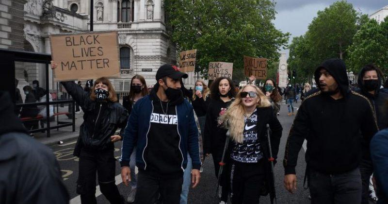 მადონა ლონდონში მომიტინგეებს ყავარჯნებით შეუერთდა - ვიდეო