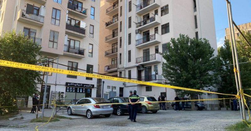 შსს: კაცმა ოჯახში კონფლიქტისთვის გამოძახებული პოლიციელი დაჭრა და მე-7 სართულიდან გადახტა