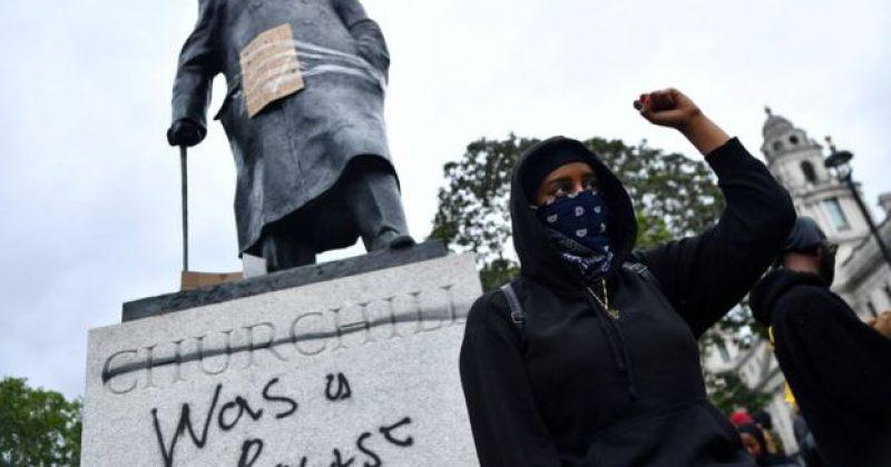 """ლონდონში მომიტინგეებმა უინსტონ ჩერჩილის ძეგლს გაუკეთეს წარწერა - """"ის რასისტი იყო"""""""