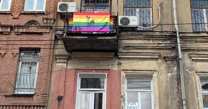 თაბაგარი: Tbilisi Pride-ის ოფისს გუდრონი შეასხეს და შესასვლელში კვერცხები დაამტვრიეს
