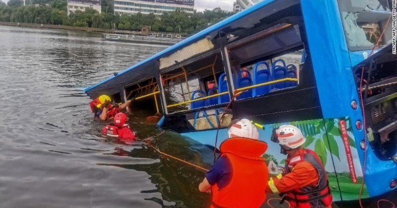 ჩინეთში ავტობუსის მძღოლმა ავტობუსი წყალსაცავში გადაჩეხა, დაიღუპა 21 ადამიანი