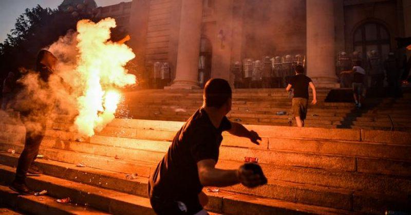 სერბეთში დემონსტრანტებსა და პოლიციას შორის დაპირისპირება გამწვავდა [ფოტოები/ვიდეო]