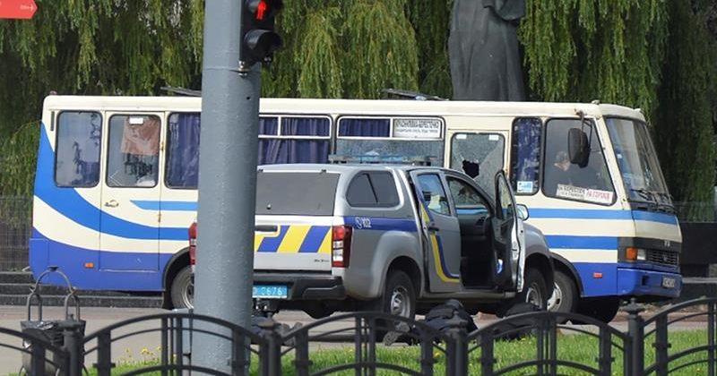 უკრაინაში კაცმა ავტობუსი გაიტაცა და 20 ადამიანი მძევლად აიყვანა