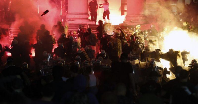 სერბეთში პოლიციას და მომიტინგეებს შორის დაპირისპირება გრძელდება, დააკავეს 71 ადამიანი