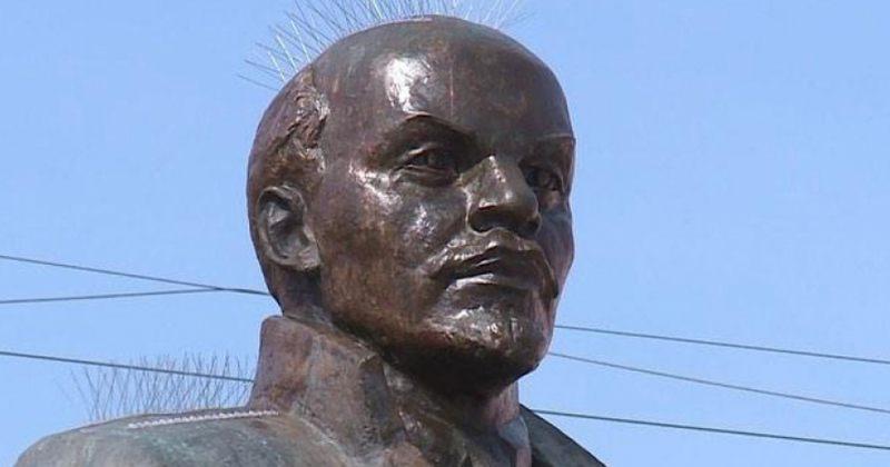 რუსეთში ლენინის ძეგლს ფრინველების შესაშინებლად ლითონის კბილანები დაუმაგრეს