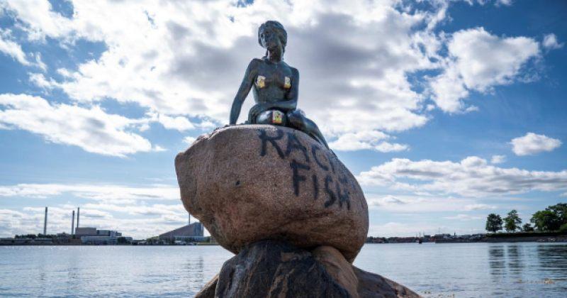"""დანიაში პატარა ქალთევზას ძეგლს """"რასისტი თევზი"""" დააწერეს"""
