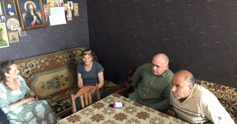 დღის ფოტო: ექიმი ვაჟა გაფრინდაშვილი საოკუპაციო ძალების მიერ გატაცებულის ოჯახში მივიდა