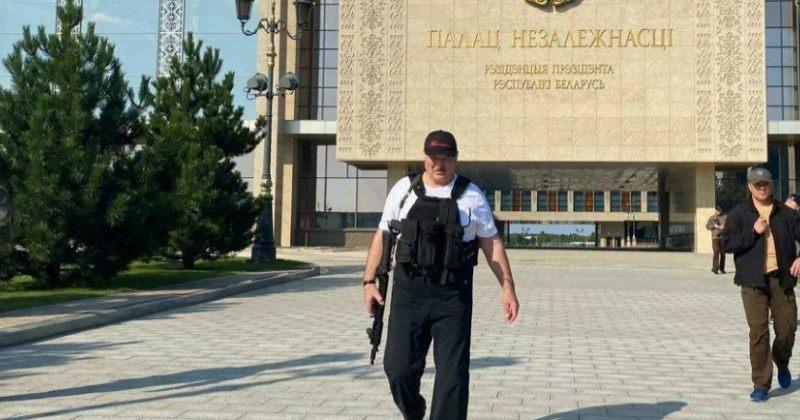 დღის ფოტო: ლუკაშენკო რეზიდენციის წინ კვლავ ავტომატით გამოჩნდა