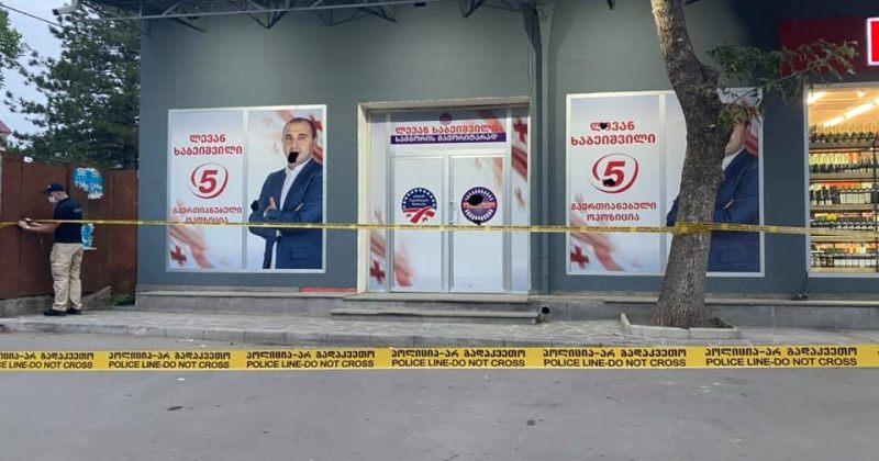 სამგორში ენმ-ის საარჩევნო შტაბის ოფისის მინები ჩალეწეს და ბანერები დააზიანეს