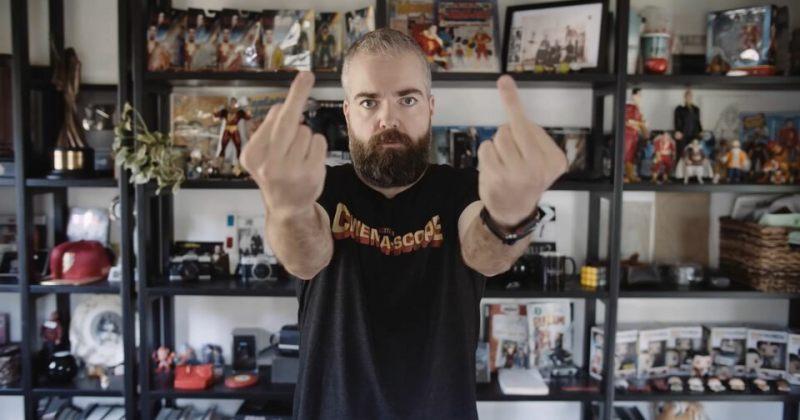 შაზამის რეჟისორმა ვიდეო გამოაქვეყნა, რომელშიც 4 საათის განმავლობაში შუა თითს აჩვენებს