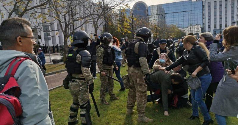 რუსეთში, ხაბაროვსკში პროტესტის 92-ე დღეს აქციას შლიან და მომიტინგეებს აკავებენ [VIDEO]
