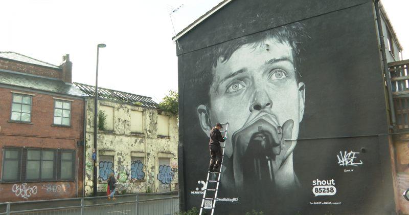 ქუჩის მხატვარმა მანჩესტერში იენ კერტისის გიგანტური გრაფიტი დახატა