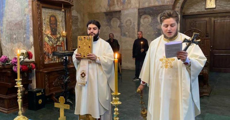 საპატრიარქო ორი მღვდლის დასჯას ითხოვს - ისინი ყინწვისში განსხვავებულად შეიმოსნენ და წირეს