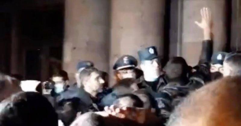 ერევანში მომიტინგეები მთავრობის შენობაში შეიჭრნენ [VIDEO]