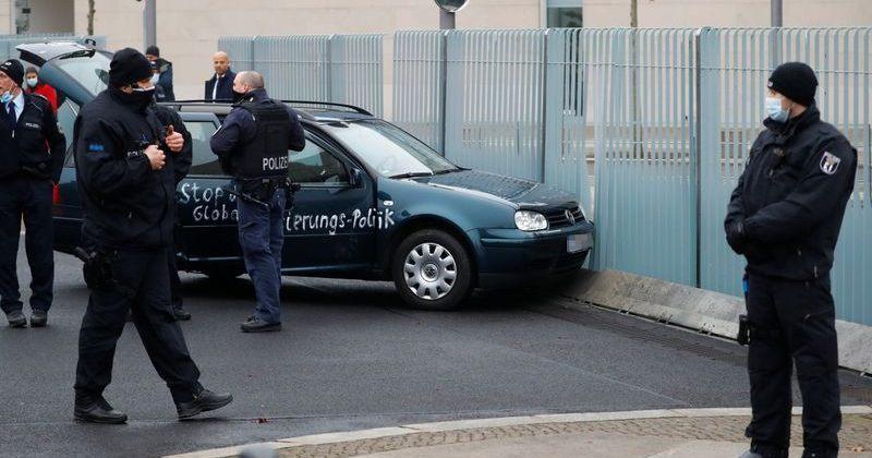 გერმანიის ფედერალური კანცელარიის შენობის კარიბჭეს ავტომობილი შეეჯახა
