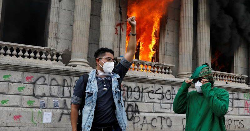 გვატემალაში დემონსტრანტებმა კონგრესის შენობას ცეცხლი წაუკიდეს