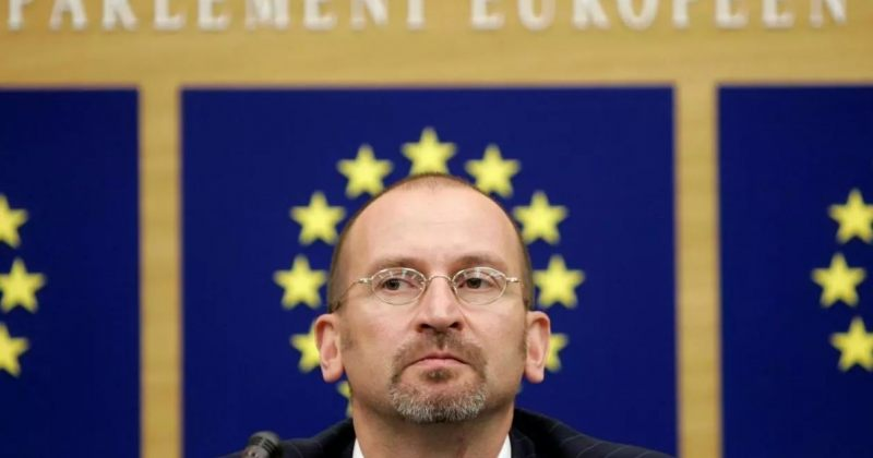 ორბანის პარტიის წევრი ევროპარლამენტარი 25-კაციანი ორგიიდან გაქცევის მცდელობის დროს დააკავეს