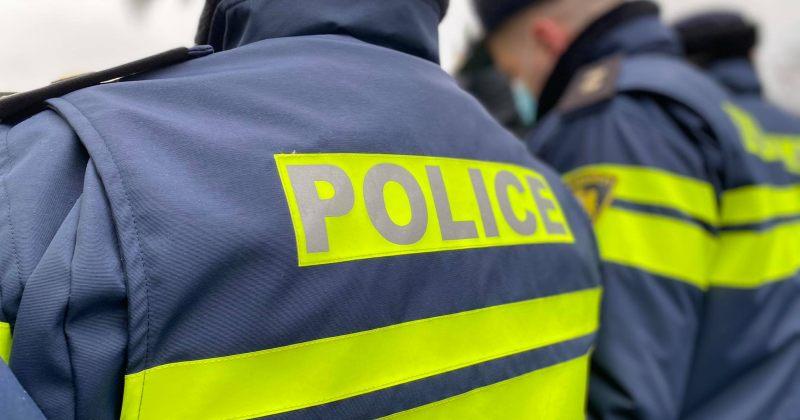 """აქტივისტები: დაკავებულ გოგოს პოლიციელმა ჰკითხა - """"გინდა, მოგეფერო, დაგამშვიდო""""?"""