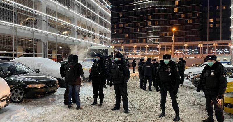 ვნუკოვოს აეროპორტიდან პოლიციამ ნავალნის მხარდამჭერები ძალით გაიყვანა