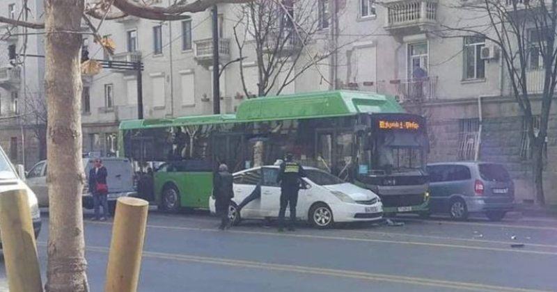 ჭავჭავაძის გამზირზე მანქანა მუნიციპალურ ავტობუსს დაეჯახა