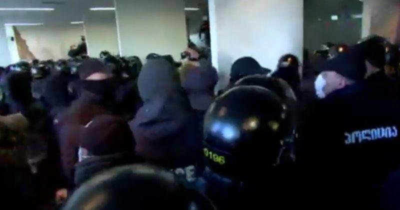 სამართალდამცველები ენმ-ს ოფისში შევიდნენ