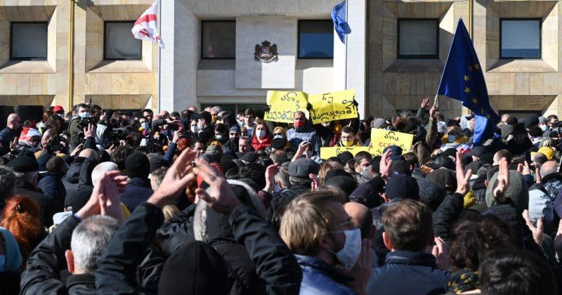 POLITICO:საქართველოს კრიზისი დასავლეთის ძალისხმევას ცდის რუსეთის გავლენის შესამოწმებლად