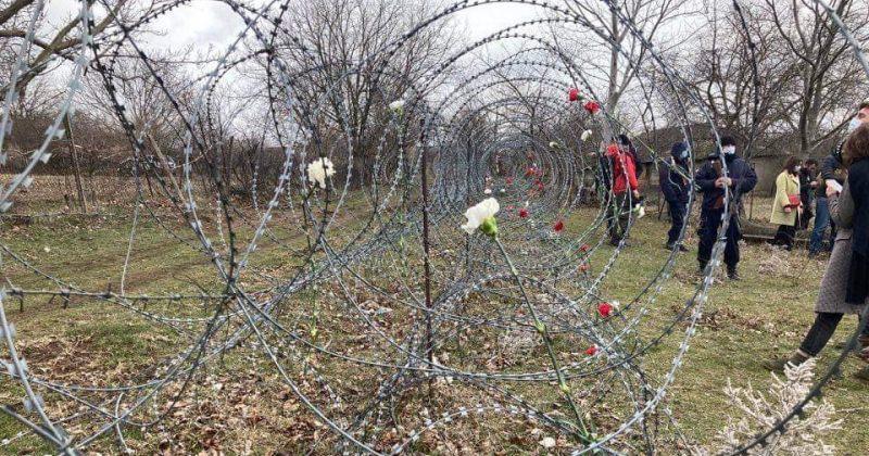 დათა ვანიშვილის პანაშვიდზე აქტივისტებმა საოკუპაციო მავთულხლართები ყვავილებით მორთეს