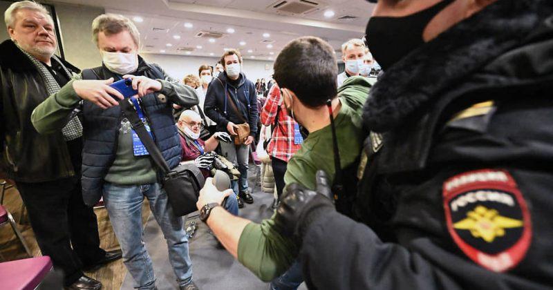 მოსკოვში პოლიციამ ოპოზიციის ფორუმი ჩაშალა და 200-მდე ადამიანი დააკავა