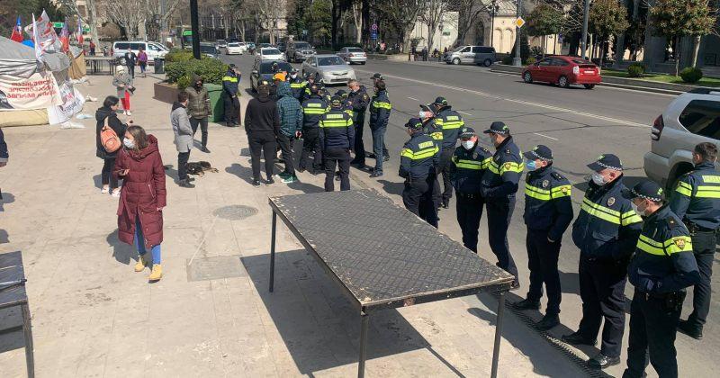 სირცხვილია: პარლამენტის წინ პოლიცია დღევანდელი აქციისთვის სცენას არ გვადგმევინებს