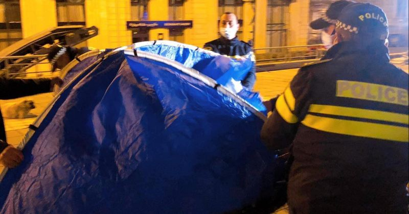 ბიზნესის წარმომადგენელს კანცელარიასთან გაშლილი კარავი პოლიციამ წაართვა