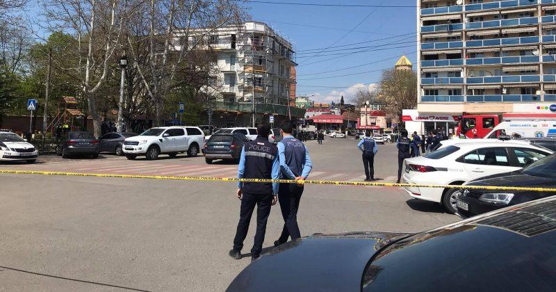 პოლიციამ საქართველოს ბანკის შენობიდან რამდენიმე ადამიანი გამოიყვანა